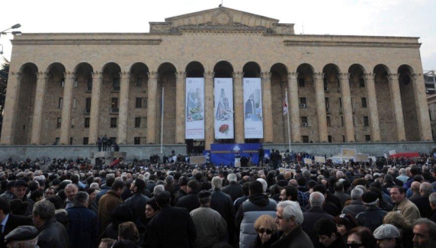 Prie Gruzijos parlamento susirinko Michailo Saakašvilio opozicijos šalininkai.