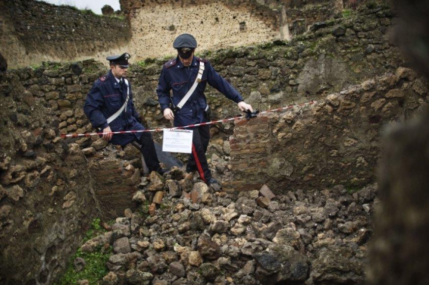 Policininkai aptvėrė teritoriją, kurioje nugriuvo antikinio namo siena.