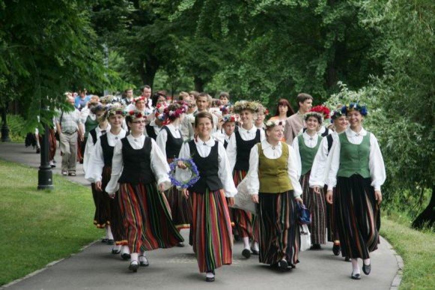 Latviai tautiniais rūbais