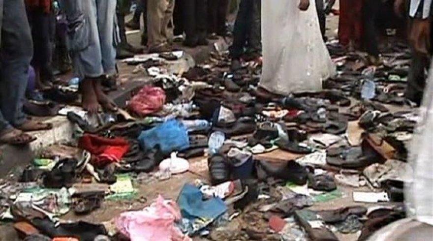 Nelaimės vietoje liko daugybė batų ir kitų asmeninių žmonių daiktų.