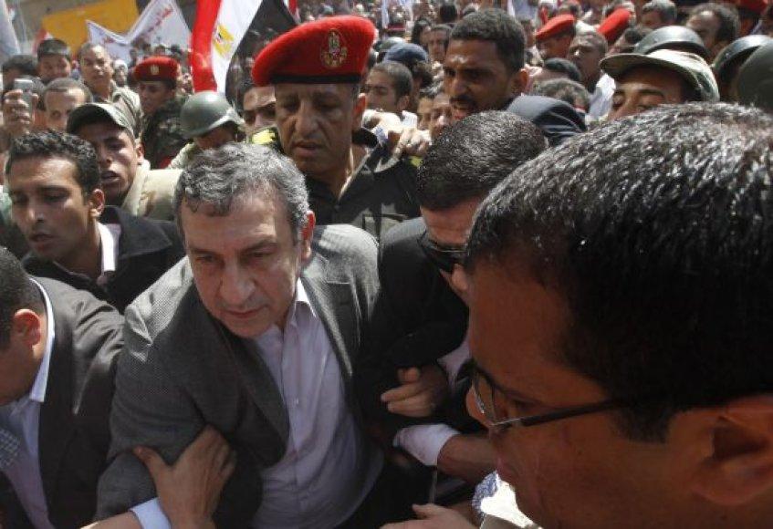 Essamas Sharafas braunasi pro jį sveikinančių demonstrantų minią.