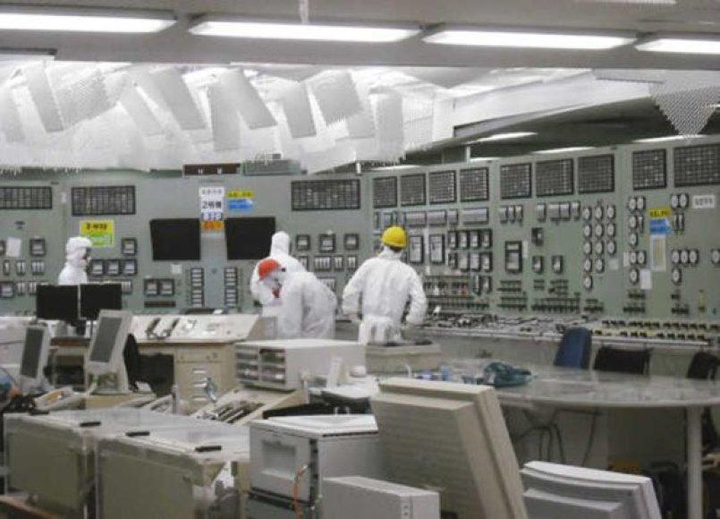 Darbininkai Fukušimos-1 atominės elektrinės antrojo reaktoriaus valdymo patalpoje
