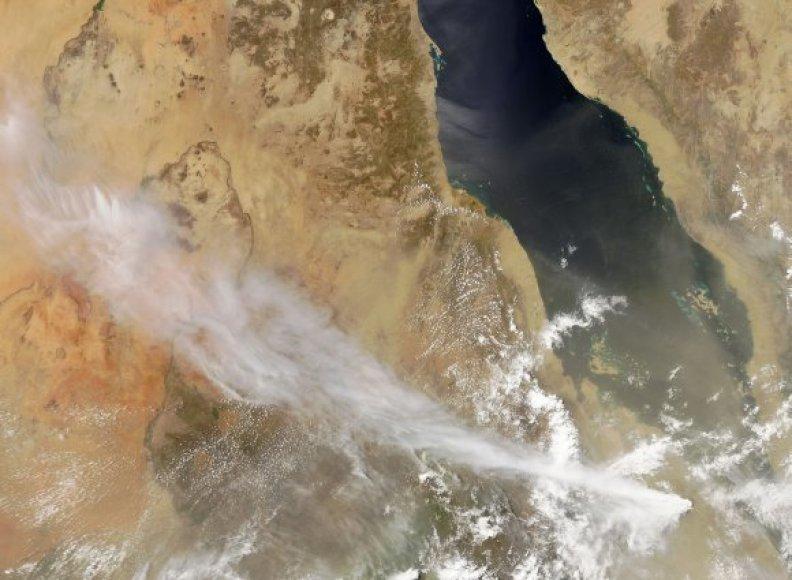 Iš palydovo darytoje nuotraukoje aiškiai matyti Eritrėjoje išsiveržusio ugnikalnio pelenų debesies šleifas.