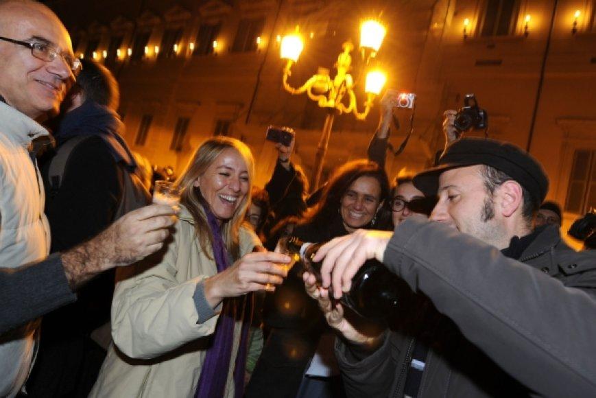 Didelei daliai italų Silvio Berlusconi atsistatydinimas – puiki proga švęsti.