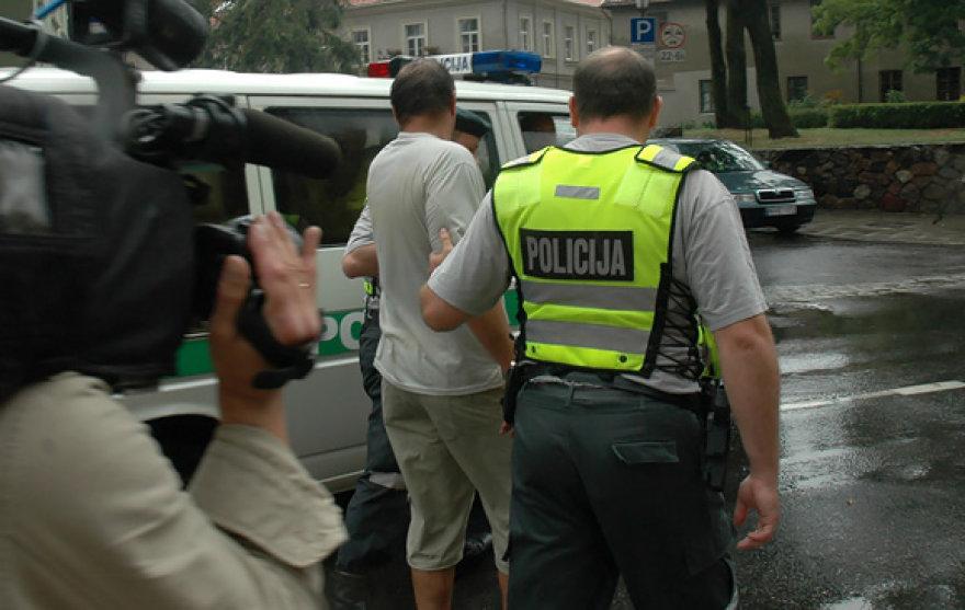 Policininkai veda girtą vyrą