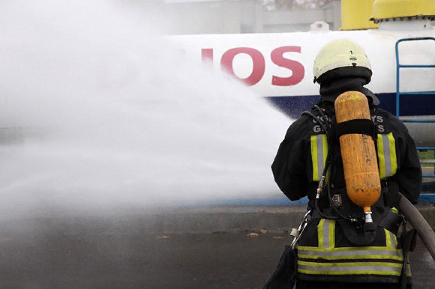 Ugniagesys prie dujų užpildymo kolonėlės