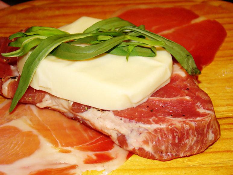 Ant kiekvieno mėsos gabalėlio uždėkite po riekelę mocarelos ir šakelę peletrūno arba šalavijo lapelį