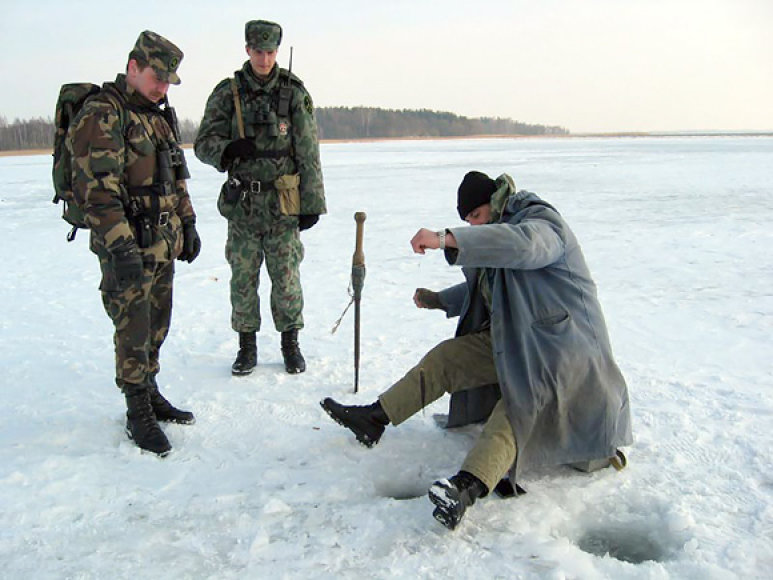 Pasieniečiai ir žvejys ant ledo