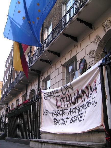 Prie Lietuvos ambasados Londone