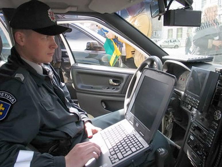 Policininkas stebi eismą