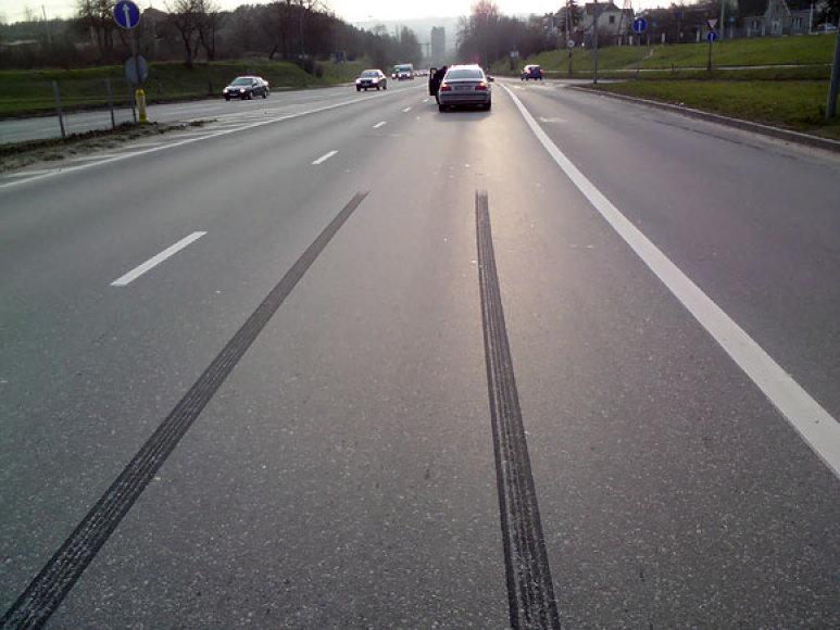 Automobilio stabdymo žymės ant asfalto