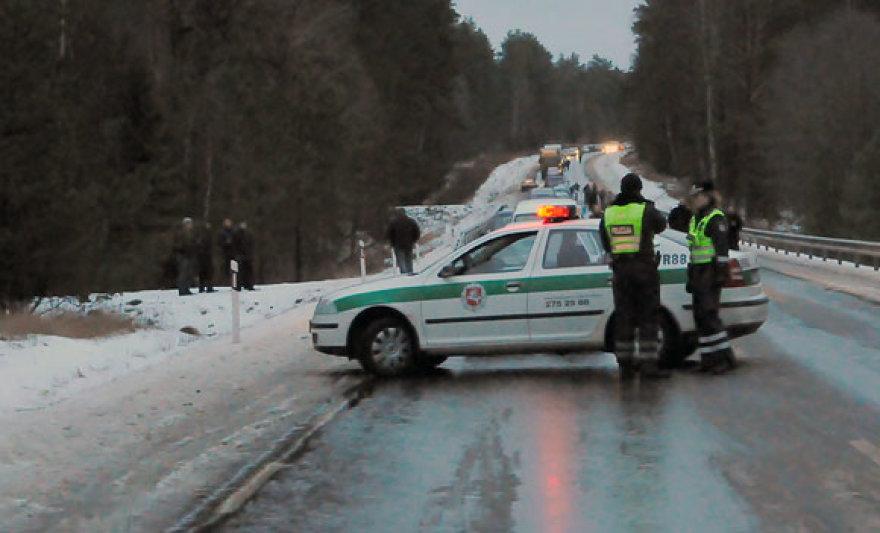 Policijos patruliai užmiesčio kelyje