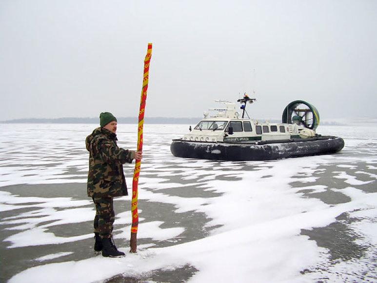 Pasieniečiai Kuršių marose žymi sienos apsaugos zoną