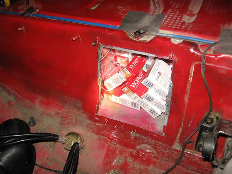 Kontrabandinės cigaretės automobilyje įrengtoje slėptuvėje