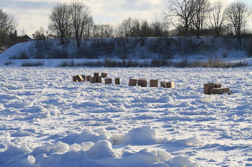 Ant Nemuno ledo paliktos dėžės su cigaretėmis