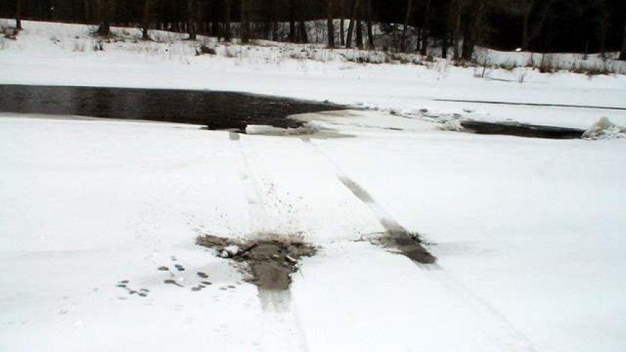 Automobilio vėžės ant upės ledo