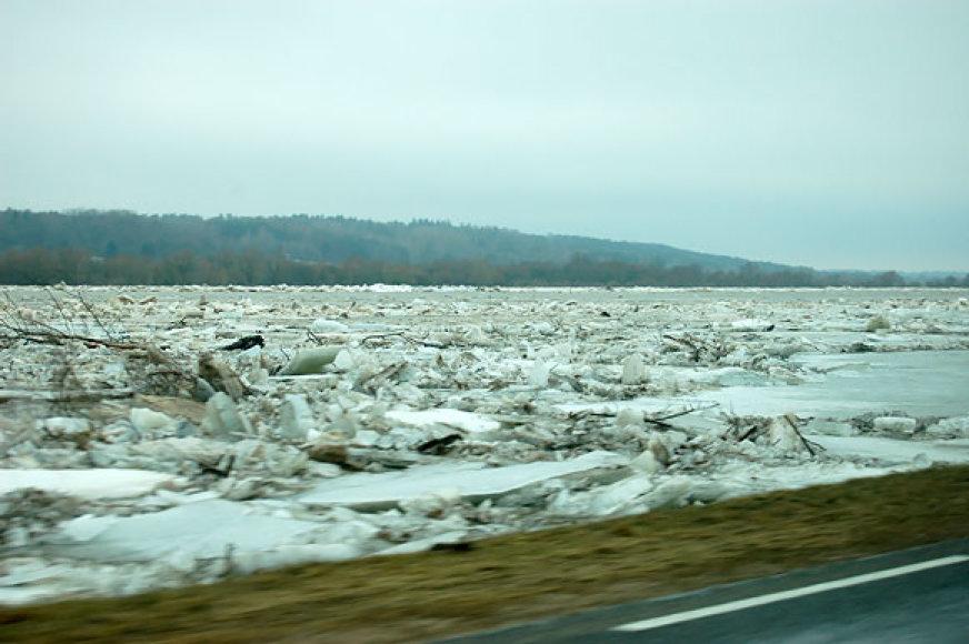 Ledų sangrūdos priartėjo prie pat kelio