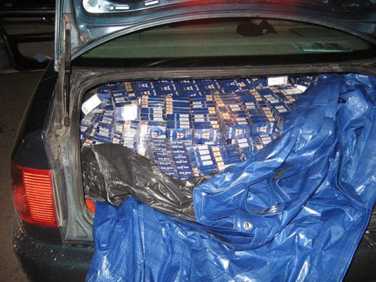 Kontrabandinės cigaretės automobilio bagažinėje