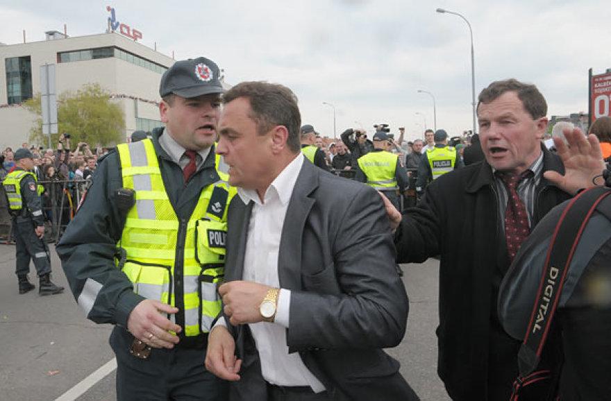 Seimo narys Petras Gražulis veržiasi pro policininkus