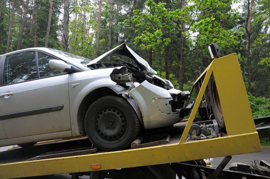 """Automobilis """"Renault"""" išvežamas iš avarijos vietos"""