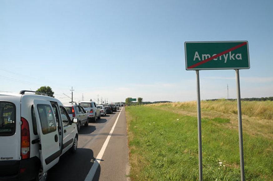 Transporto grūstys greta Amerykos kaimelio