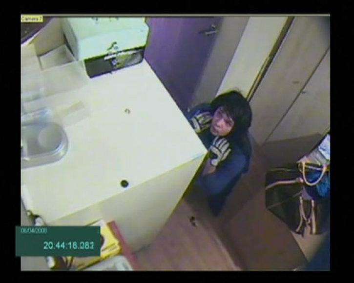 Įtariamasis prie seifo su pinigais