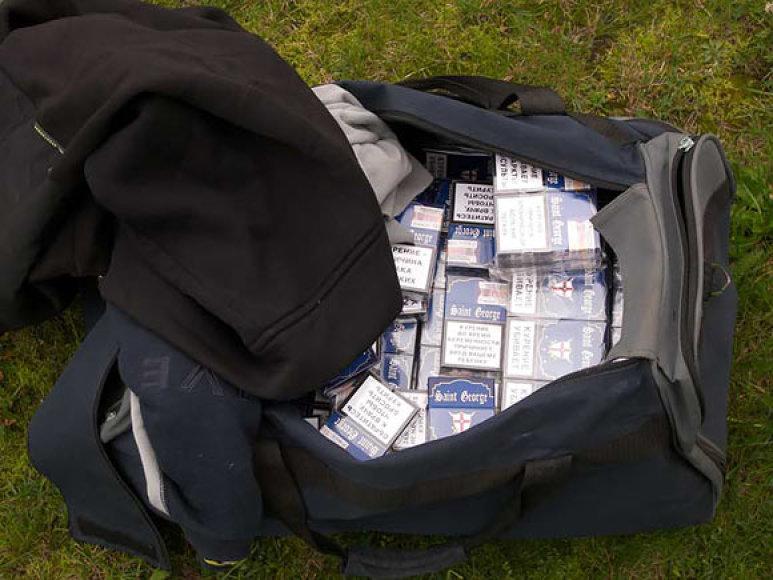 Krepšys su kontrabandinėmis cigaretėmis