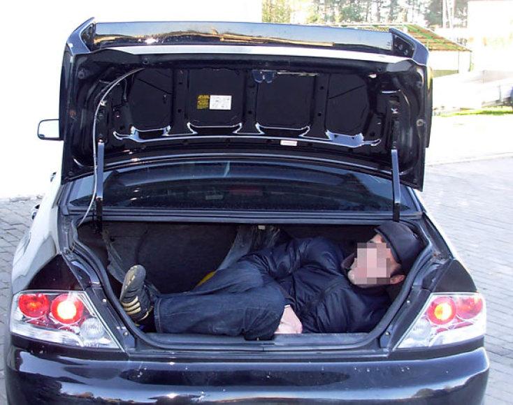 Nelegalas automobilio bagažinėje