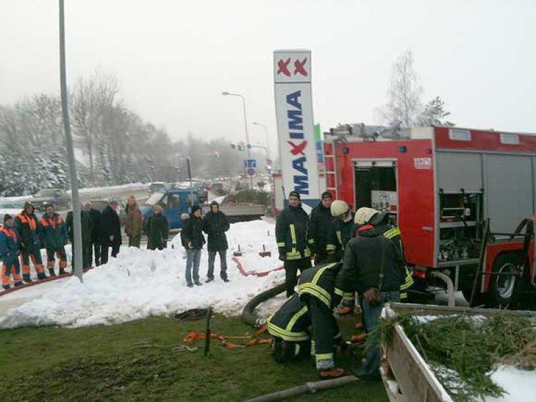Ugniagesiai prie šulinio, kuriame įvyko nelaimė