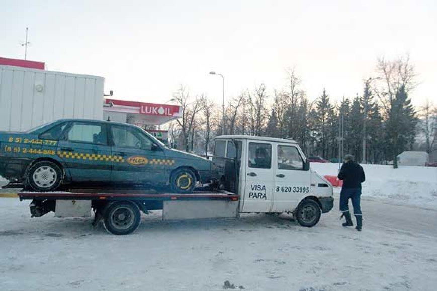 Iš įvykio vietos išgabenamas nužudyto taksisto automobilis