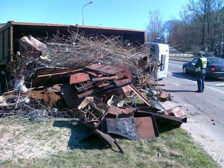 Apsivertęs sunkvežimis su metalo laužu