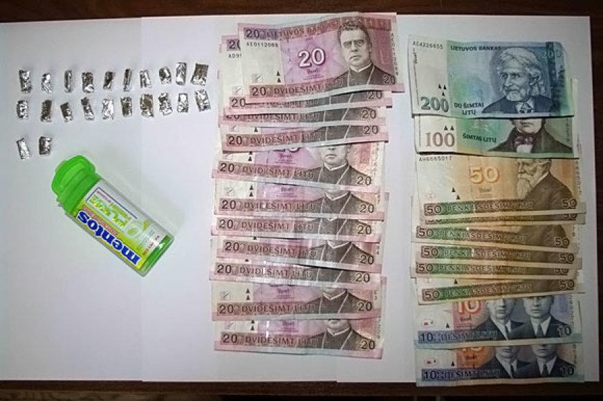 Pas sulaikytą moterį rasti narkotikai ir pinigai