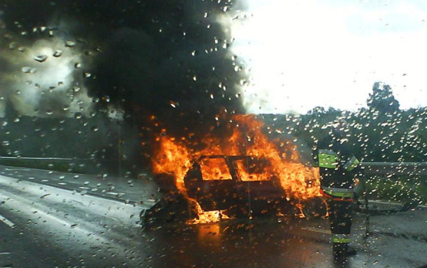 Autostradoje dega automobilis