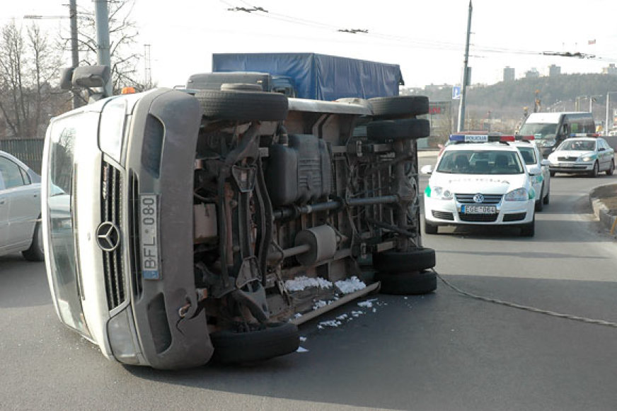 Apvirtęs mikroautobusas