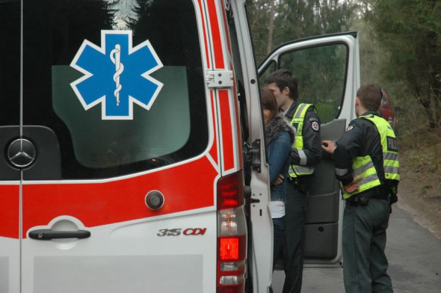 Policininkai prie greitosios pagalbos automobilio