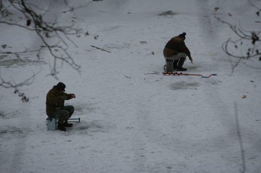 Žūklauti ant ledo šiuo metu itin pavojinga, tačiau ne visus žvejus veikia tokie perspėjimai.