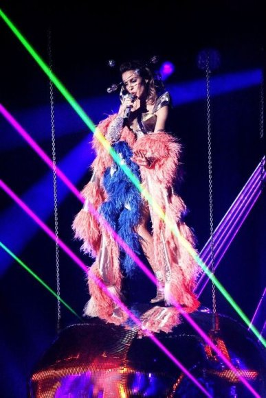 """Lietuvoje koncertuosianti Kylie Minogue išleidžia singlą """"Better Than Today""""."""