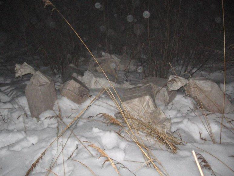 """Kontrabandininkai cigaretes į Lietuvą """"įskraidino"""" per apsauginę tvorą."""