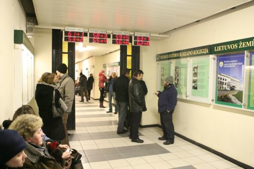 Vilniaus darbo biržoje eilės rikiuojasi jau nuo ankstyvo ryto. Kasdien sostinėje užregistruojam 500 ieškančių darbo žmonių.