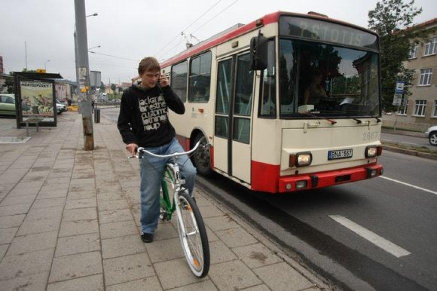 Nesusitarus su troleibuso ar autobuso vairuotoju, vilniečiams teka minti dviratį ir į statų kalną, ir užklupus lietui.