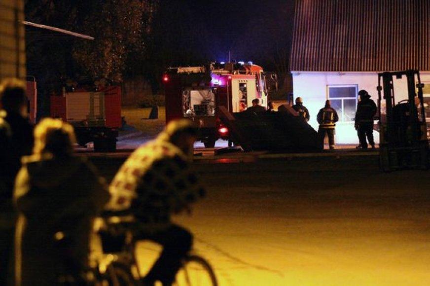 """Į gaisrą, kilusį """"Linolito"""" teritorijoje, buvo išsiųsti ir Kauno miesto, ir rajono ugniagesiai."""