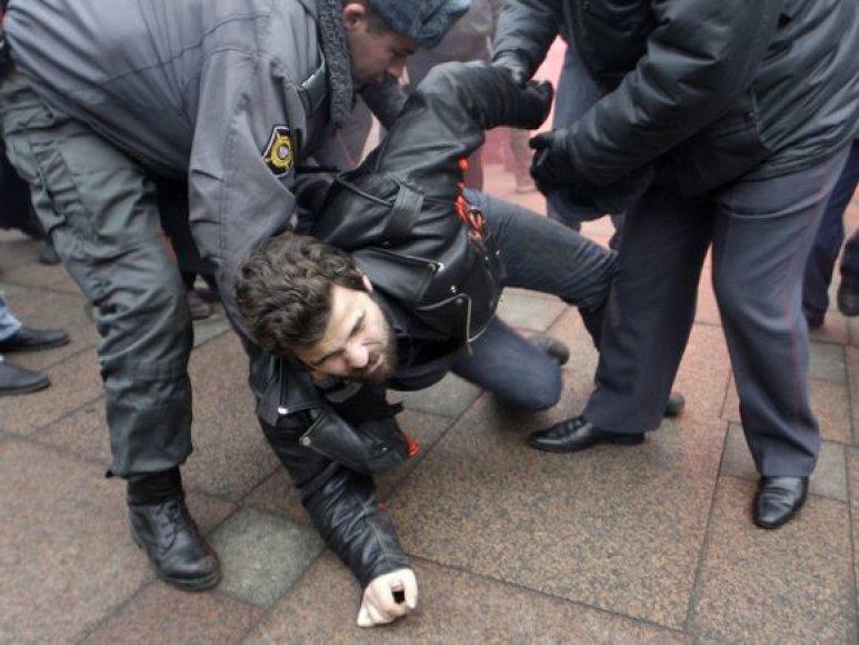 Milicja sulaiko protestuotoją.