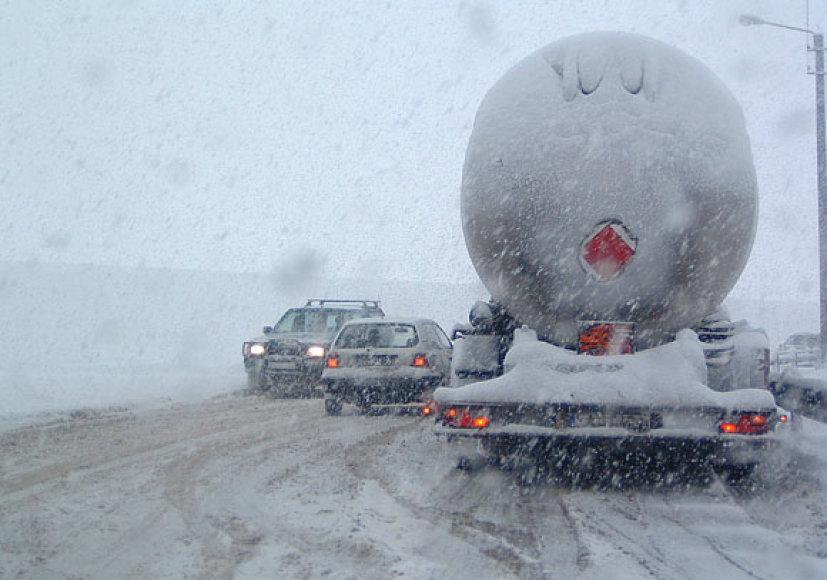 Krovininis automobilis neįveikia užvažiuoti į kalniuką.