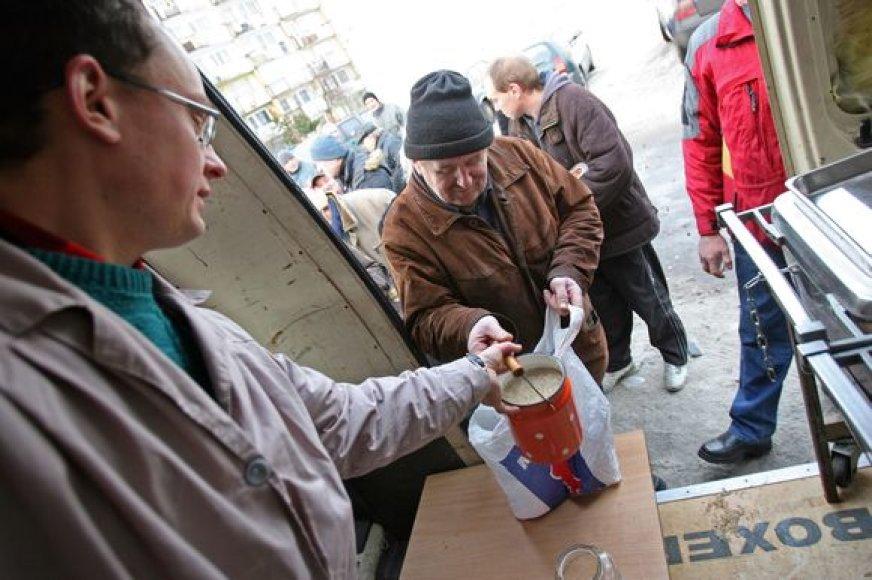 Eilės prie labdaros organizacijų dalijamo nemokamo maisto ilgėja.