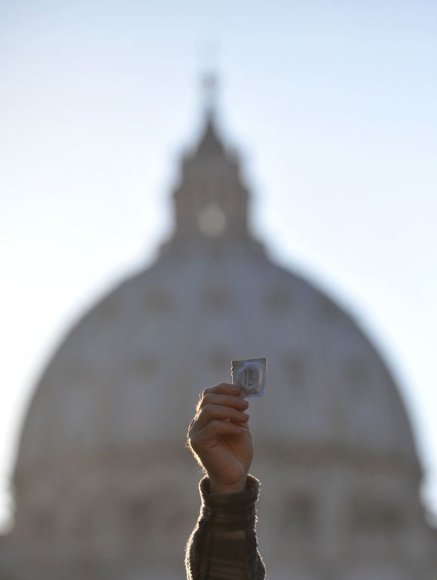 Popiežių pasitiko protestuotojai su prezervatyvais rankose.