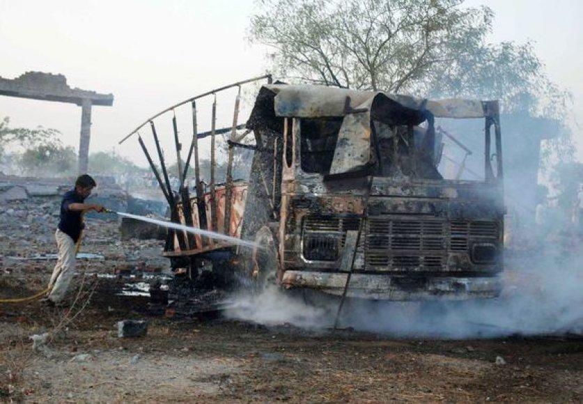 Per gaisrą užsidegė šalia fabriko buvęs automobilis.