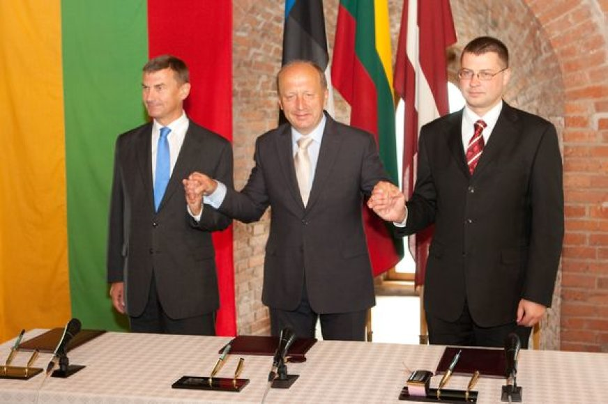 Baltijos šalių premjerai dalinosi prisiminimais, ką veikė prieš 20 metų per Baltijos kelią.