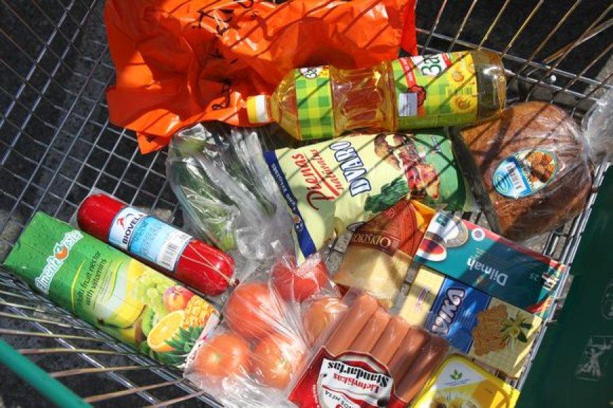 """Vieni prekybos tinklai prekes, kurių galiojimo laikas eina į pabaigą, su """"Maisto banko"""" pagalba išdalija skurstantiems, kiti – parduoda su nuolaidomis."""