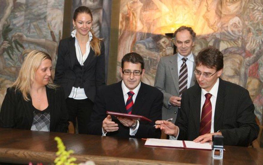 """VU ir """"Barclays"""" sutarties pasirašymas"""
