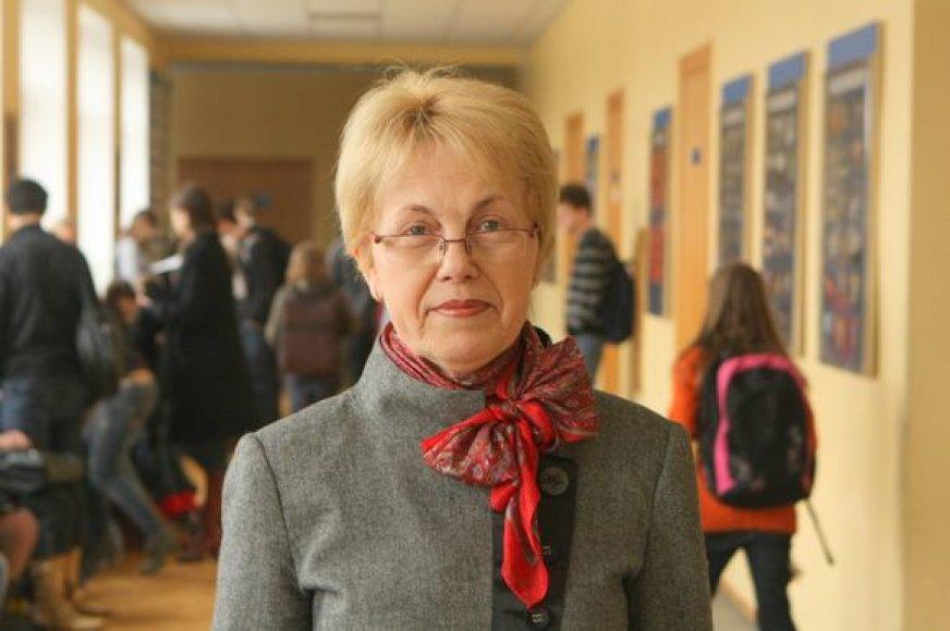 Žvėryno gimnazijos direktorė D.Žiurienė sako, kad perpildytą mokyklą išgelbėtų jos teritorijoje pastatytas priestatas.